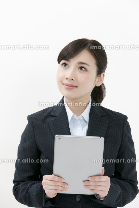 タブレットPCを持つビジネスウーマンの販売画像