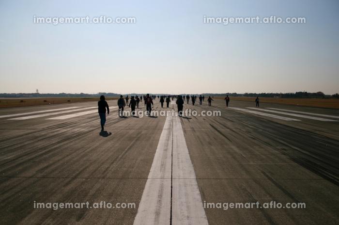 自衛隊の滑走路を歩く人達の販売画像