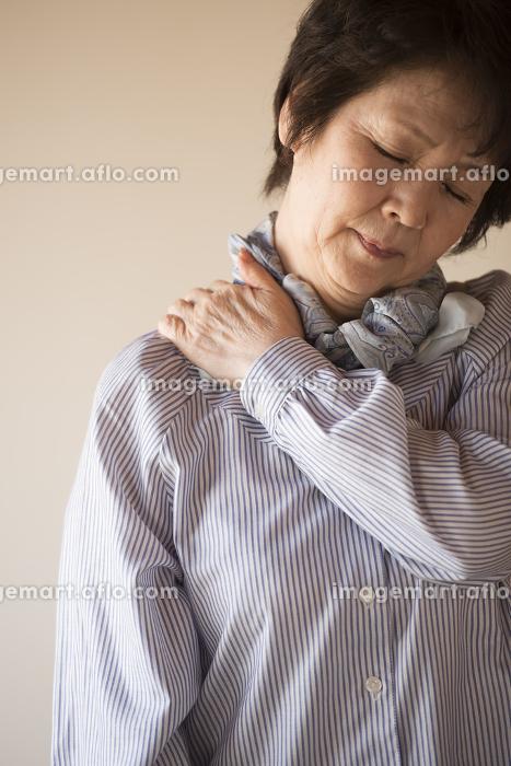 肩こりに悩むシニア女性
