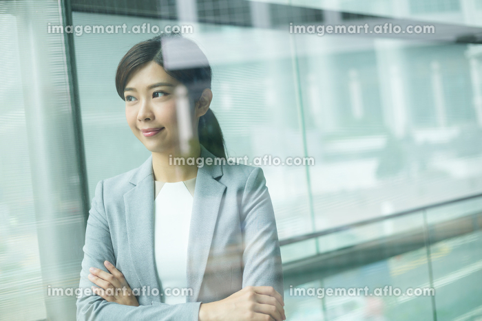 Friendly business woman smiling at the officeの販売画像