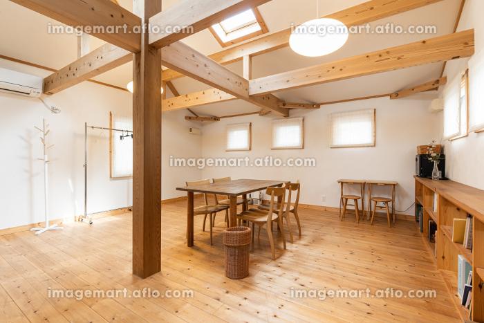 カントリー調デザインの広い部屋の販売画像