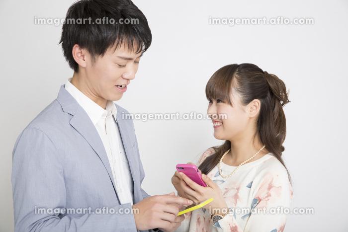 連絡先交換する男女の販売画像