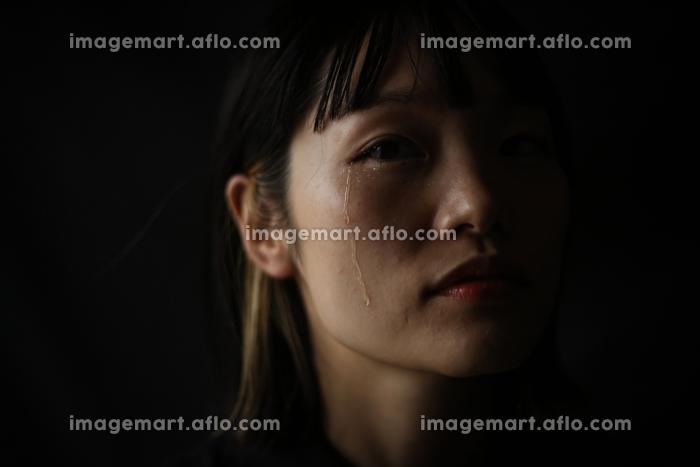 涙を流す女性の販売画像