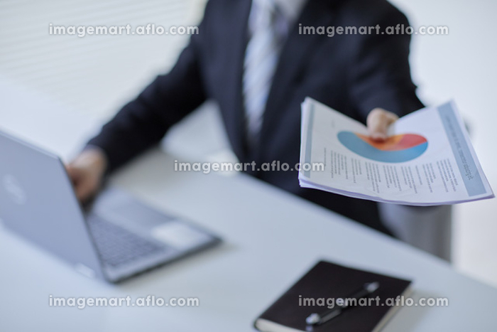書類を渡すビジネスマン