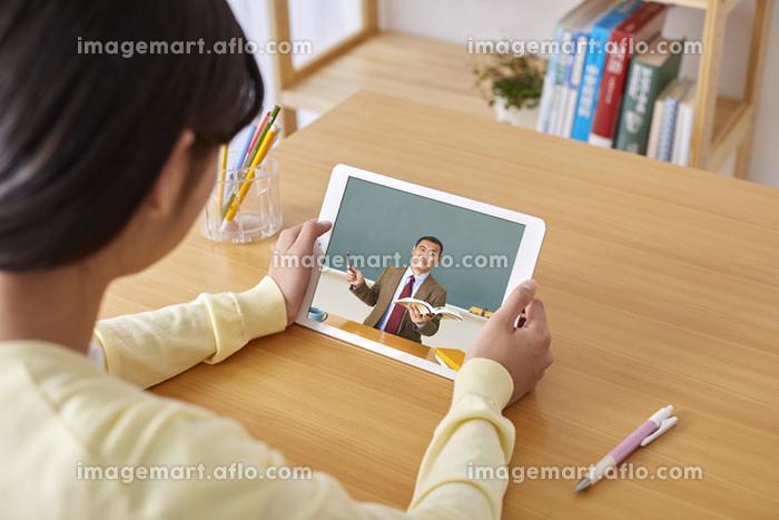 オンライン授業を受ける日本人の生徒の販売画像