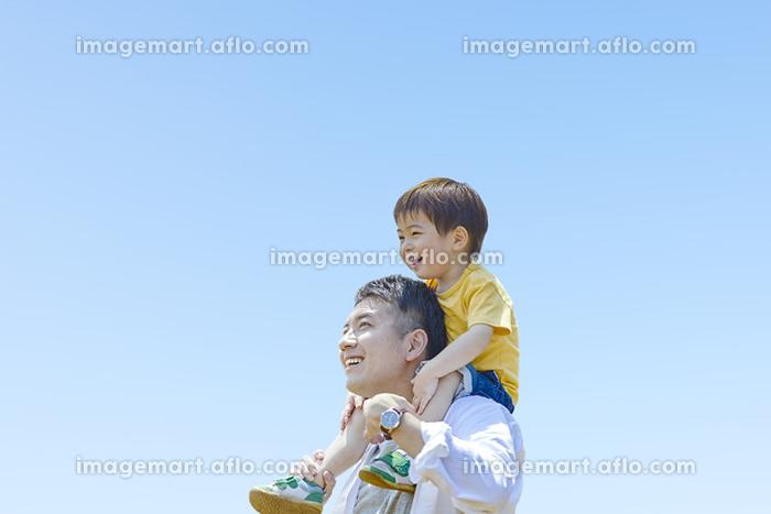 息子を肩車する父親の販売画像