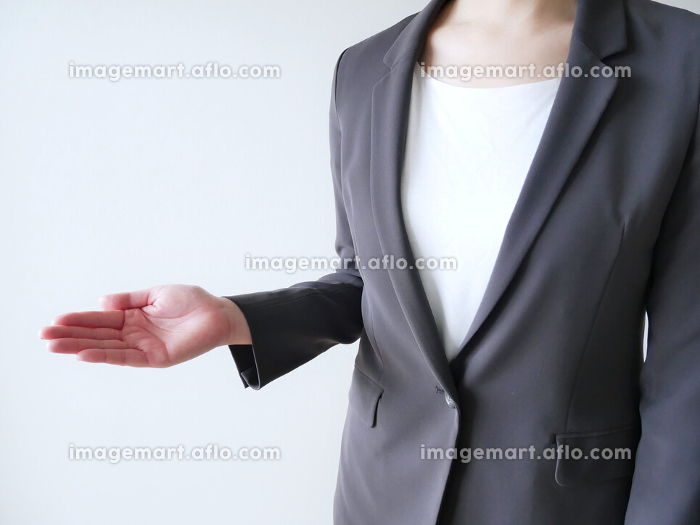 スーツで手を差し伸べる女性の販売画像