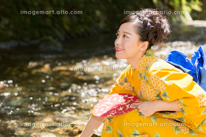 浴衣を着た女性の販売画像