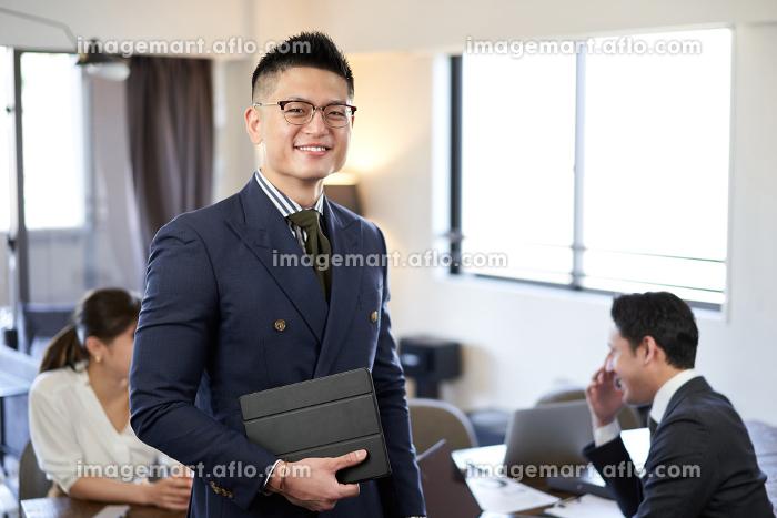 アジア人とラテン人の英会話ミーティングで笑顔の男性の販売画像