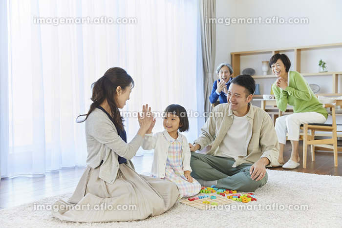 団らんの日本人の三世代家族の販売画像