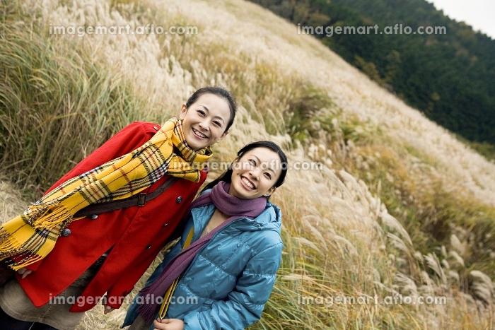 観光地を歩く女性2人の販売画像