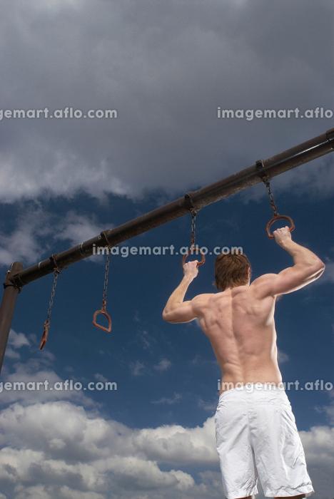 man holding pull up ringsの販売画像