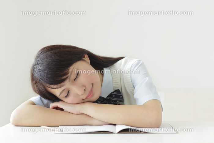 勉強机で眠る高校生
