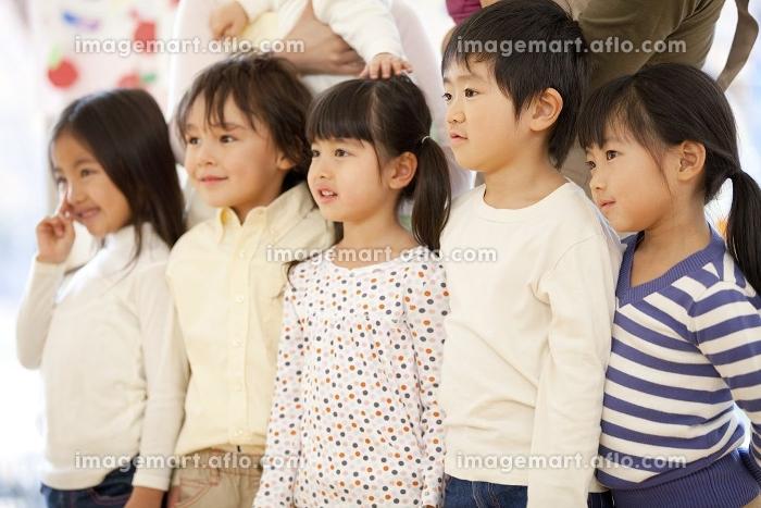 微笑む保育園児の販売画像