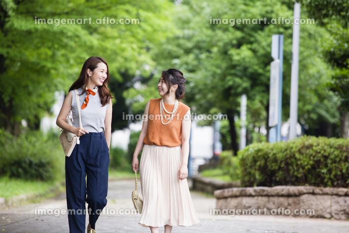 公園を散歩する女性たち