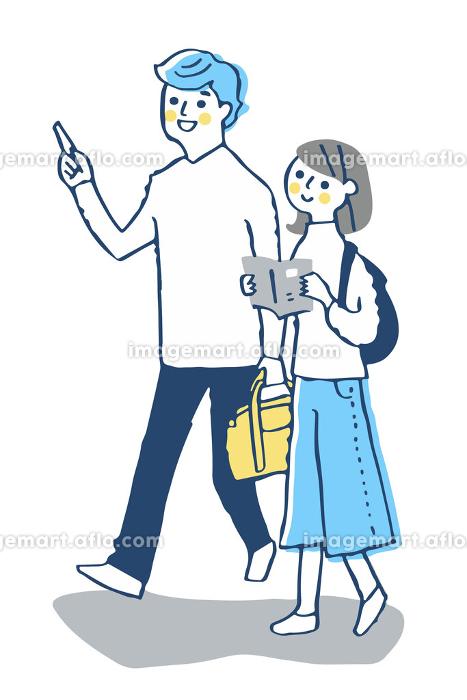 並んで街を歩く若いカップルの販売画像