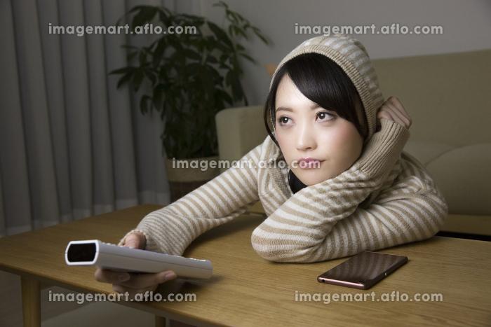 夜更しをする女性の販売画像