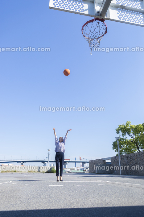 バスケをする女性の販売画像