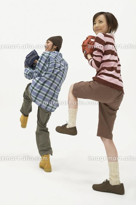 野球を楽しむ若い男性と女性2人