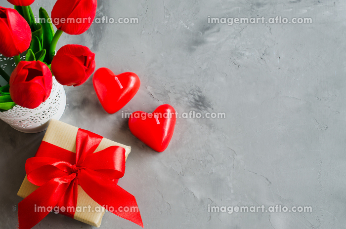 Bouquet of tulips, gift box and decorative hearts for Valentine's, Women's or Mother's day.の販売画像
