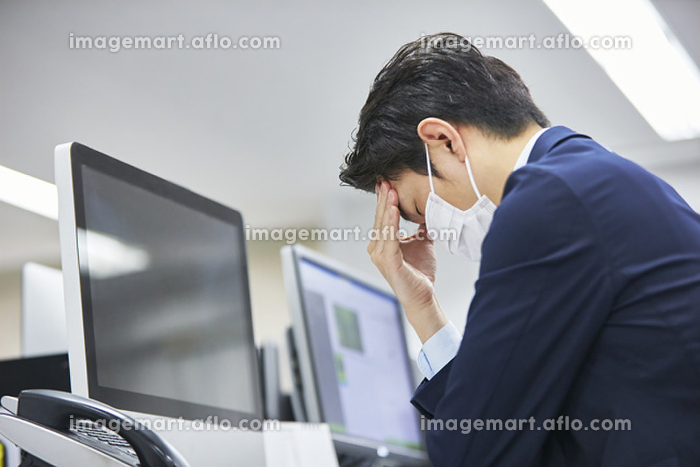 頭を抱える日本人ビジネスウマン
