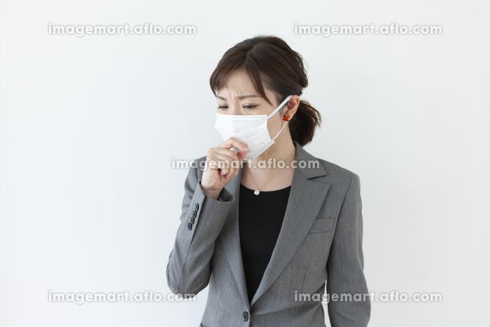 咳をするビジネスウーマンの販売画像