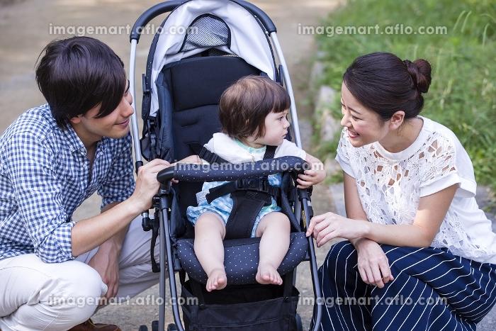 自然散策する家族