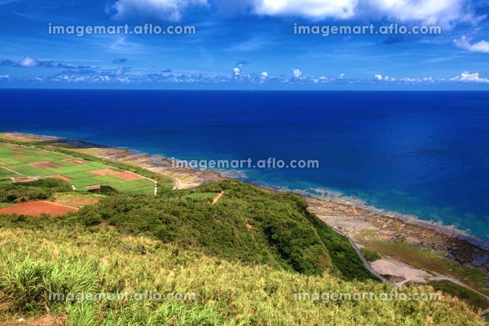 沖縄県・久米島 高台から眺める夏の海と島の風景の販売画像