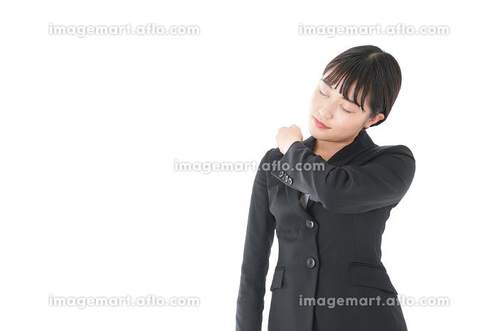 肩こり・腰痛に苦しむ若いビジネスウーマン