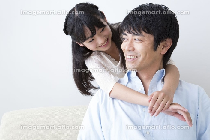 父に抱きつく娘の販売画像