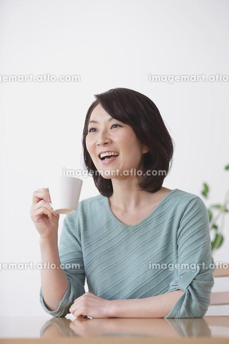 カップを持つ40代日本人女性の販売画像