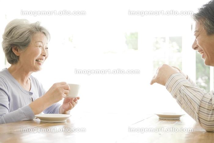 コーヒーを飲老夫婦の販売画像