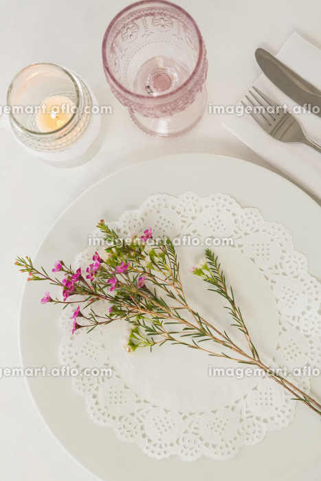 Flower kept over an embroidery napkin plate with cutleryの販売画像