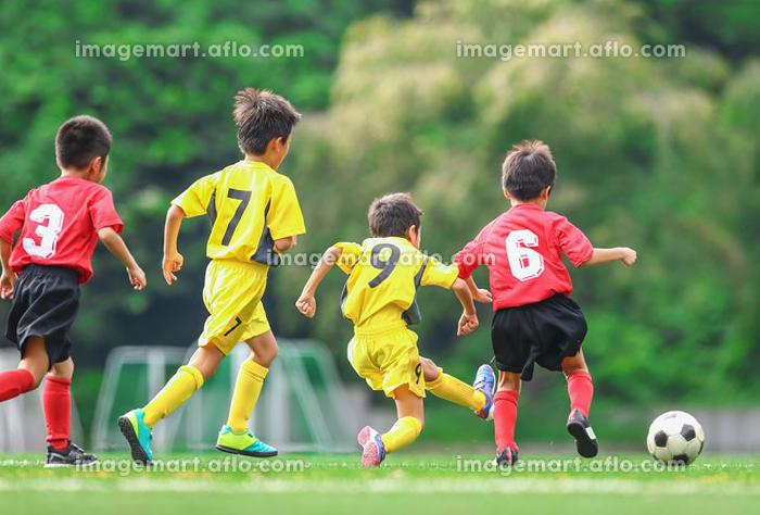 サッカーをする少年たちの販売画像