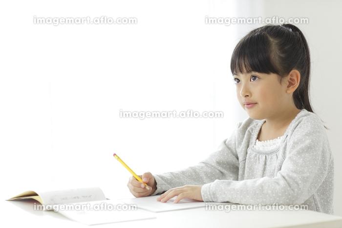 勉強をする小学生の女の子