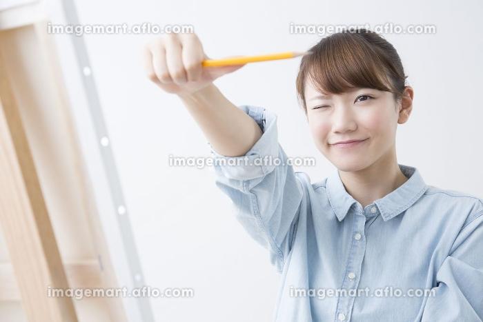 デッサンをする女性の販売画像