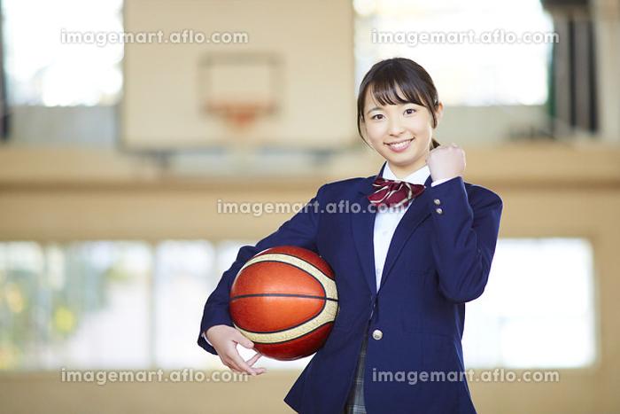 バスケットボールを持っている日本人女子高校生の販売画像