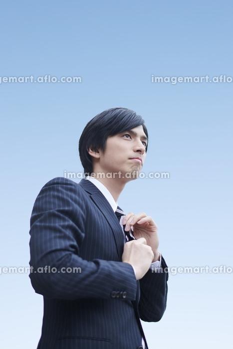 ネクタイを締める日本人ビジネスマン
