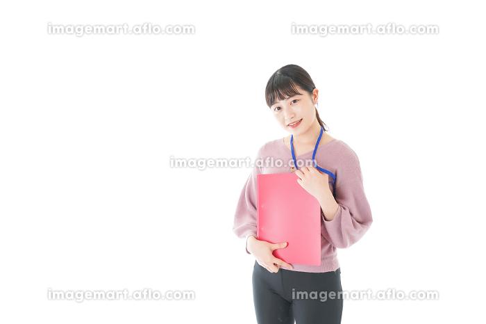 カジュアルウェアで働く若い女性の販売画像