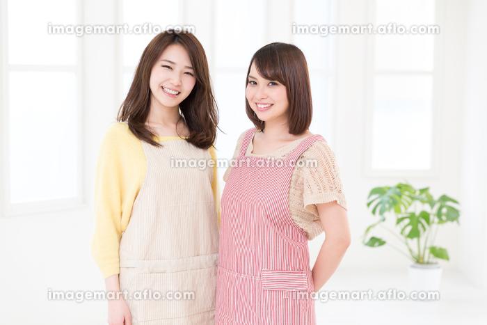 エプロン姿の2人の女性の販売画像