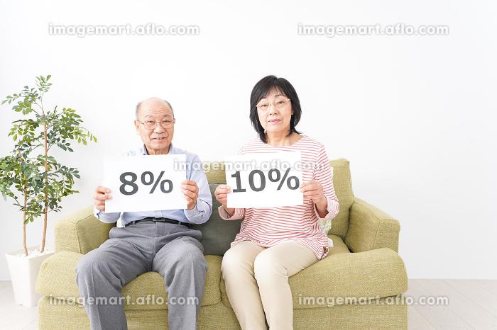消費税増税を心配する老夫婦の販売画像