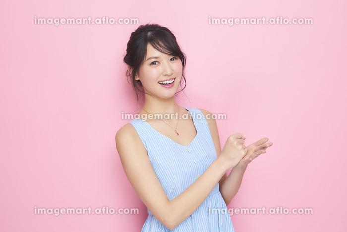 手をたたく日本人女性の販売画像