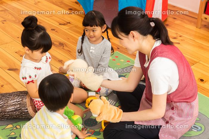 保育園で遊ぶ子供たちと保育士