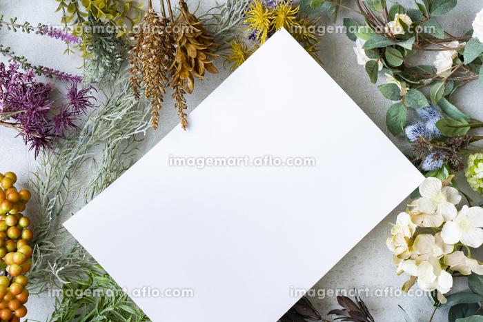 コンクリートの平面に置かれた白い紙の販売画像