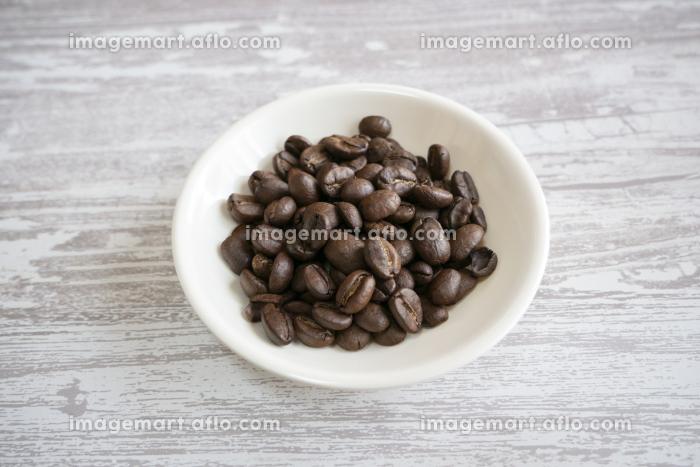 お皿に乗ったコーヒー豆の販売画像