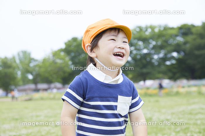 遠足をする日本人の男の子