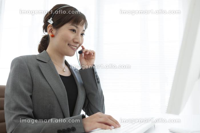 インカムを付けているビジネスウーマンの販売画像
