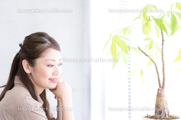 リラックスする女性の横顔の販売画像