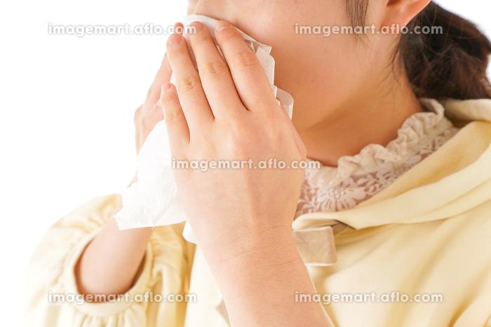 花粉症・アレルギーで苦しむ若い女性の販売画像