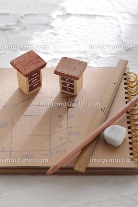 DIYの計画をノートと図面に表した家具とか家のミニチュア模型の販売画像
